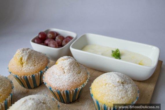 Muffins cu struguri proaspeti si iaurt cu miere