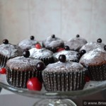 Briose cu cacao, ciocolata alba si fructe de padure