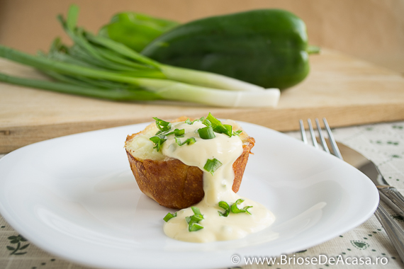 Briose aperitiv cu ou si ceapa verde