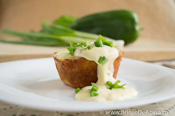 Briose sarate cu sos de ou, mozzarella si ceapa verde