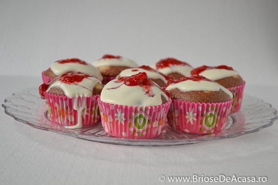 Platou de cupcakes cu ricotta si capsuni