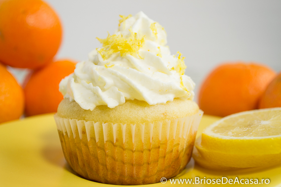 Cupcakes cu capsuni si frosting de lamaie