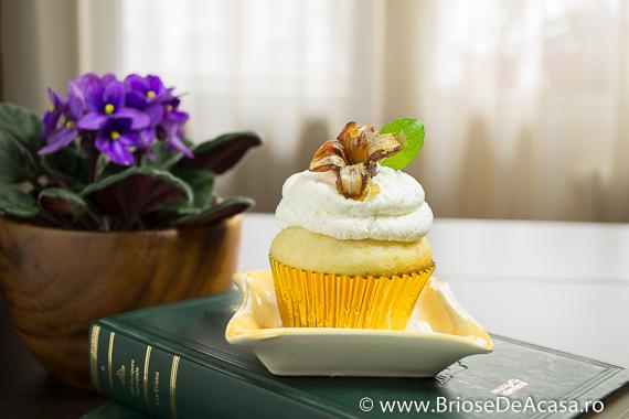Cupcake cu frunze de menta si curmale