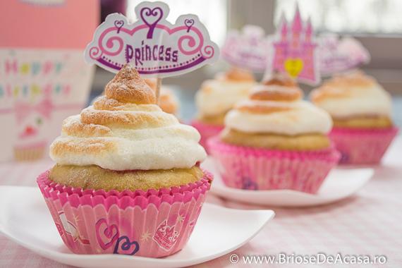 Cupcakes cu bezea si dulceata de trandafiri
