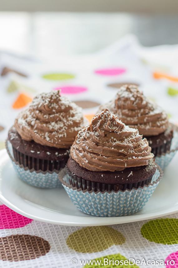 Cupcakes cu ciocolata neagra si nuca de cocos