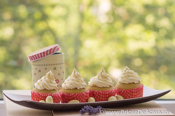 Cupcakes cu frosting de unt si vanilie