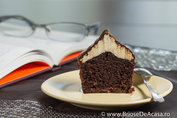 Briose cu bezea, dulceata si ciocolata neagra