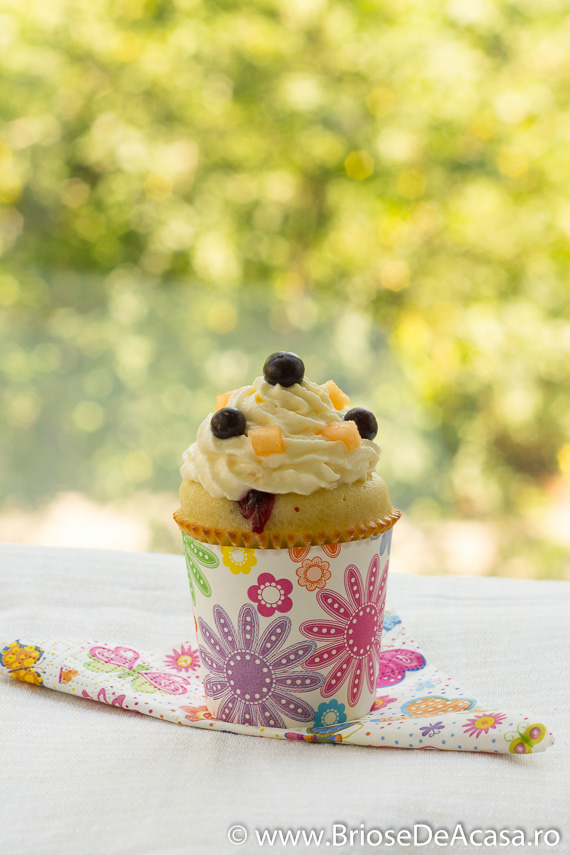 Cupcakes cu afine si frosting din pepene galben