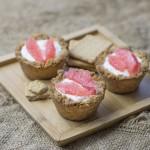 Briose crocante cu crema de ricotta si felii de grapefruit