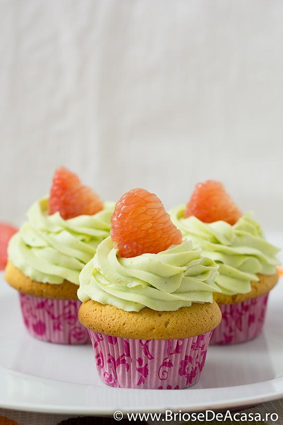 Briose cu crema de avocado si bucati de grapefruit