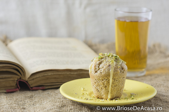 Muffin cu fistic si ciocolata alba topita