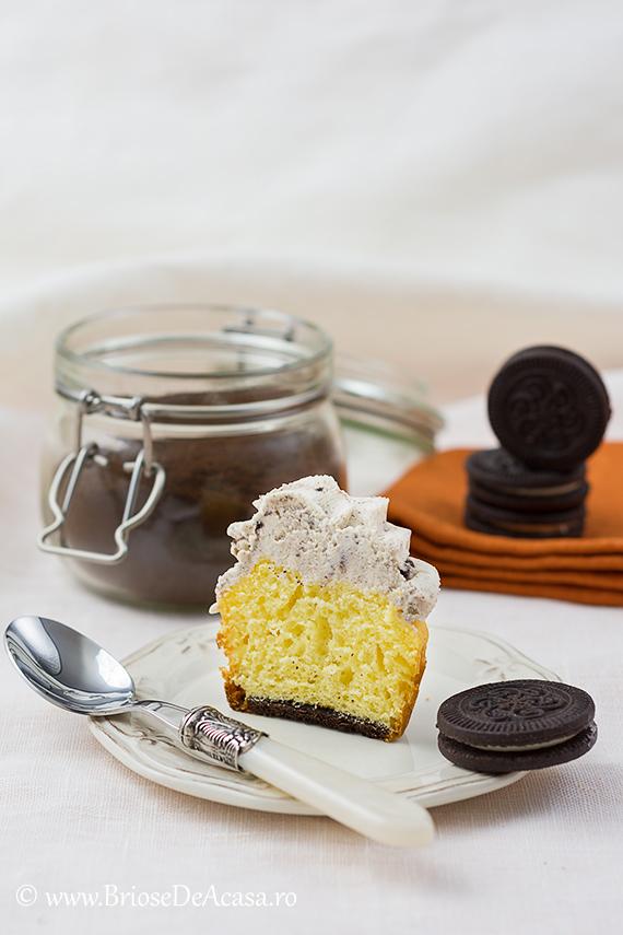 Cupcake cu cafea si biscuiti, in sectiune