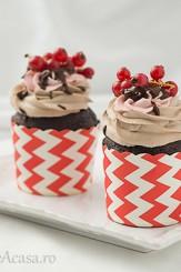 Briose de ciocolata cu coacaze rosii