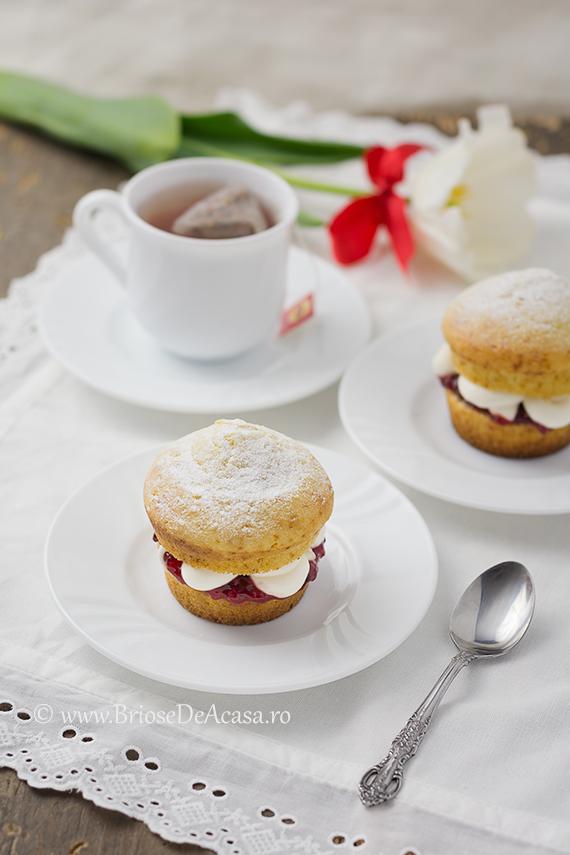 Victoria sponge cupcakes cu gem de zmeura si smantana