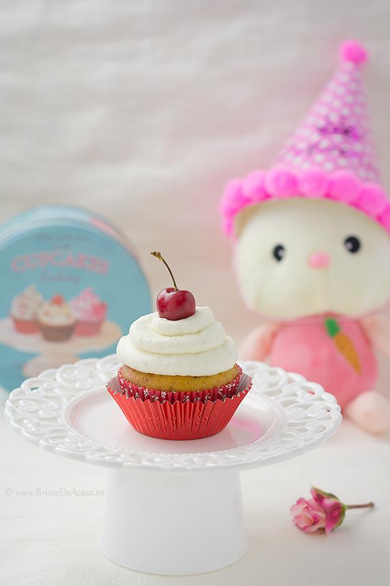 Candy bar cu cupcakes cu crema Chantilly si cirese proaspete