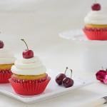 Cupcakes cu crema Chantilly si cirese