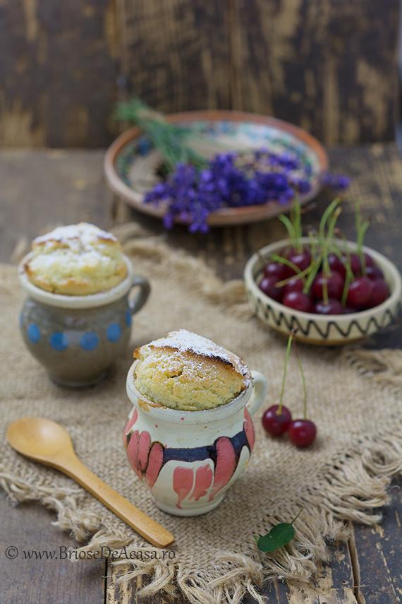 Mug cake cu visine proaspete si seminte de vanilie