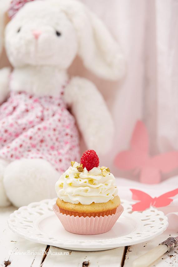 Cupcake cu frosting de mascarpone, zmeura si fistic