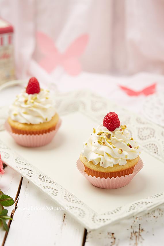 Cupcakes de Paste cu zmeura si fistic